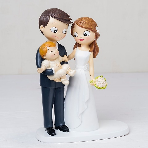 Figura pastel novios con bebé en brazos