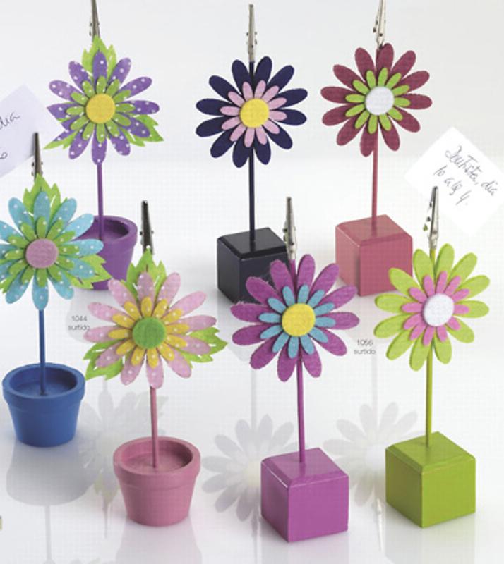 Detalle de boda flor sujeta tarjetas.